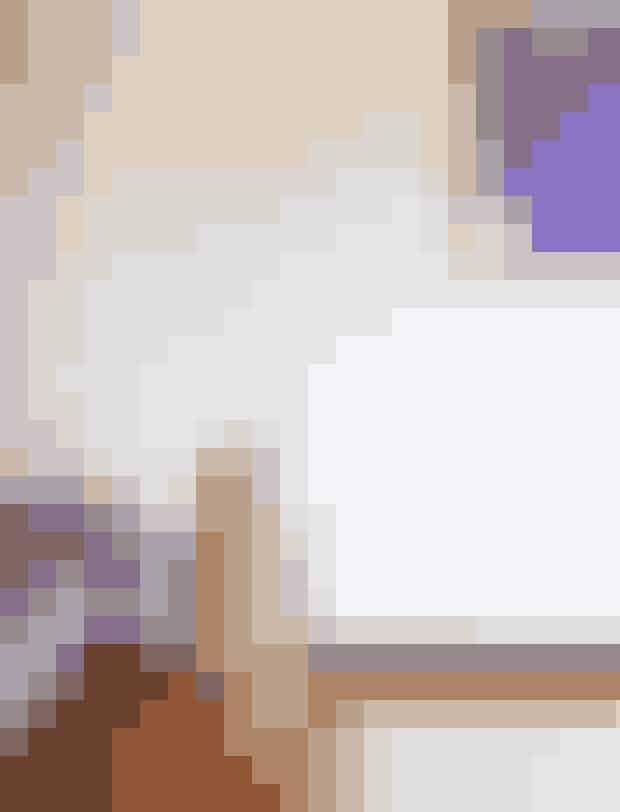 Giv en murstensvæg en opfriskning med hvid maling, så bevarer den det autentiske 60'er-look og lysner samtidig rummet. Lampen i flet er fra et loppemarked. Tæppet er fra Marrakech og plakaten fra Hay.