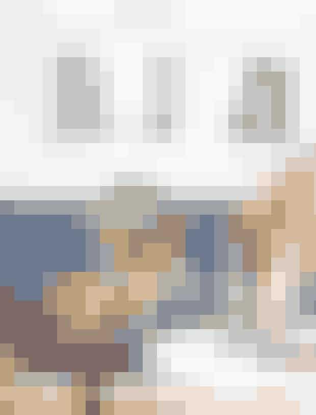 Hold øje med keramik fra 50'erne og 60'erne i harmoniske farver hos marskandisere og på loppemarkeder. Pernille har en stor samling, så hun altid kan bytte lidt rundt. Vasen på bordet er dog fra Skagerak, mens lysestagerne er af Arne Bang, og træskålen af Finn Juhl. Plaid i privat eje.