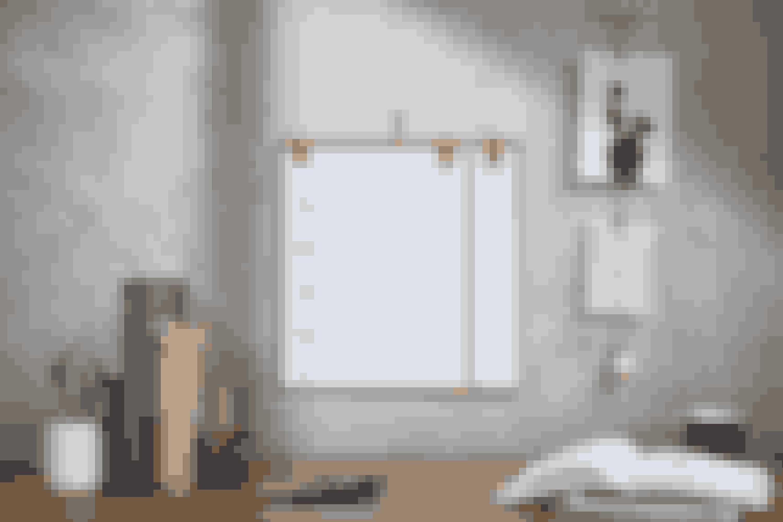 Kalender fra by Wirth med plade i birkefiner og læderophæng. Papiret i højre side kan bruges år efter år, så man slipper for at skrive samtlige fødselsdage ind hvert år. 450 kr. By Wirth.
