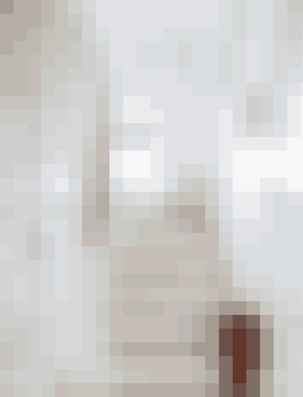 Trappevæggen er malet i en diskret lilla efter feng shui-principperne. Farven giver lige nok til, at rummet ikke virker koldt.