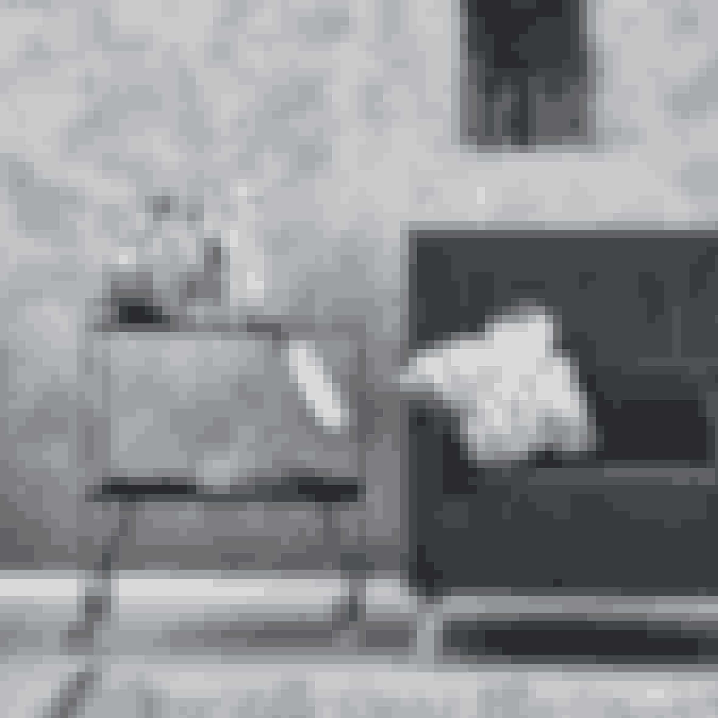Rullebord i sort stål, h 81 x b 65 x d 40 cm, 1.950 kr. Gulvtæppe, 60 x 90 cm, 220 kr. Vægdekoration, 32 x 60 cm, 460 kr. House Doctor.