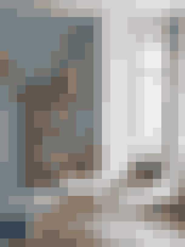 Karnappen i stuen var noget af det, parret faldt for, da de købte huset i Kolding. Barskabet, der er fyldt med gin og whisky, er en gave fra Nina til Lars, mens Stingray-lænestolen er en bryllupsgave fra Ninas forældre. På væggen hænger en wallflower fra Eden Outcast.