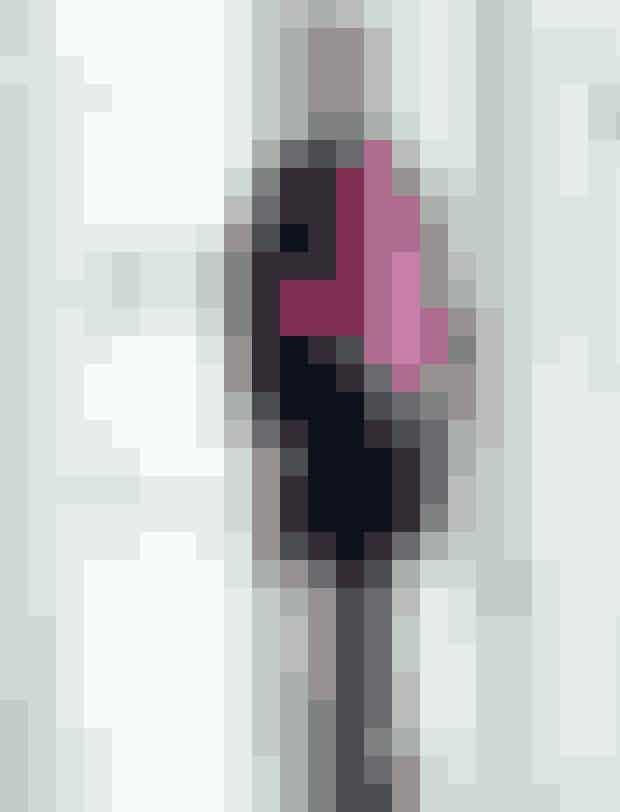 BLÅ frakke, str. 34-44, 100 % uld, 1.500 kr. Arket. PINK strik, 34-44, uld, 590 kr. Arket. STRIBET skjorte, str. 34-42, viskose, 999 kr. M. Wiesneck. JEANS, str. 34-44, bomuld, elastan, 899 kr. Laurie. PINK nylontaske, 590 kr. Arket. BORDEAUX støvler, str. 36-42, 1.499 kr. Billi Bi. SØLVØRERINGE, 249 kr. Pilgrim. PINK briller, 3.549 kr. Tom Ford fra Profil Optik