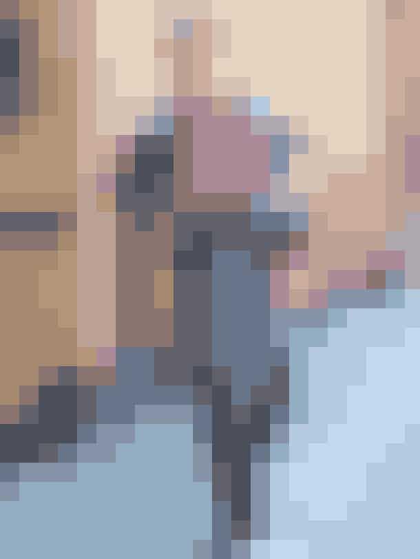 Annika'sfavoritsæt:Cardigan, 999 kr. Margit Brandt.Nederdel, 599 kr. Margit Brandt.Stribet skjorte, 1.399 kr. Custommade. Strømper, 49,95 kr. H&M.Bordeaux støvletter, 1.499 kr. Billi Bi.Ternet kasket, 670 kr. Bronté.