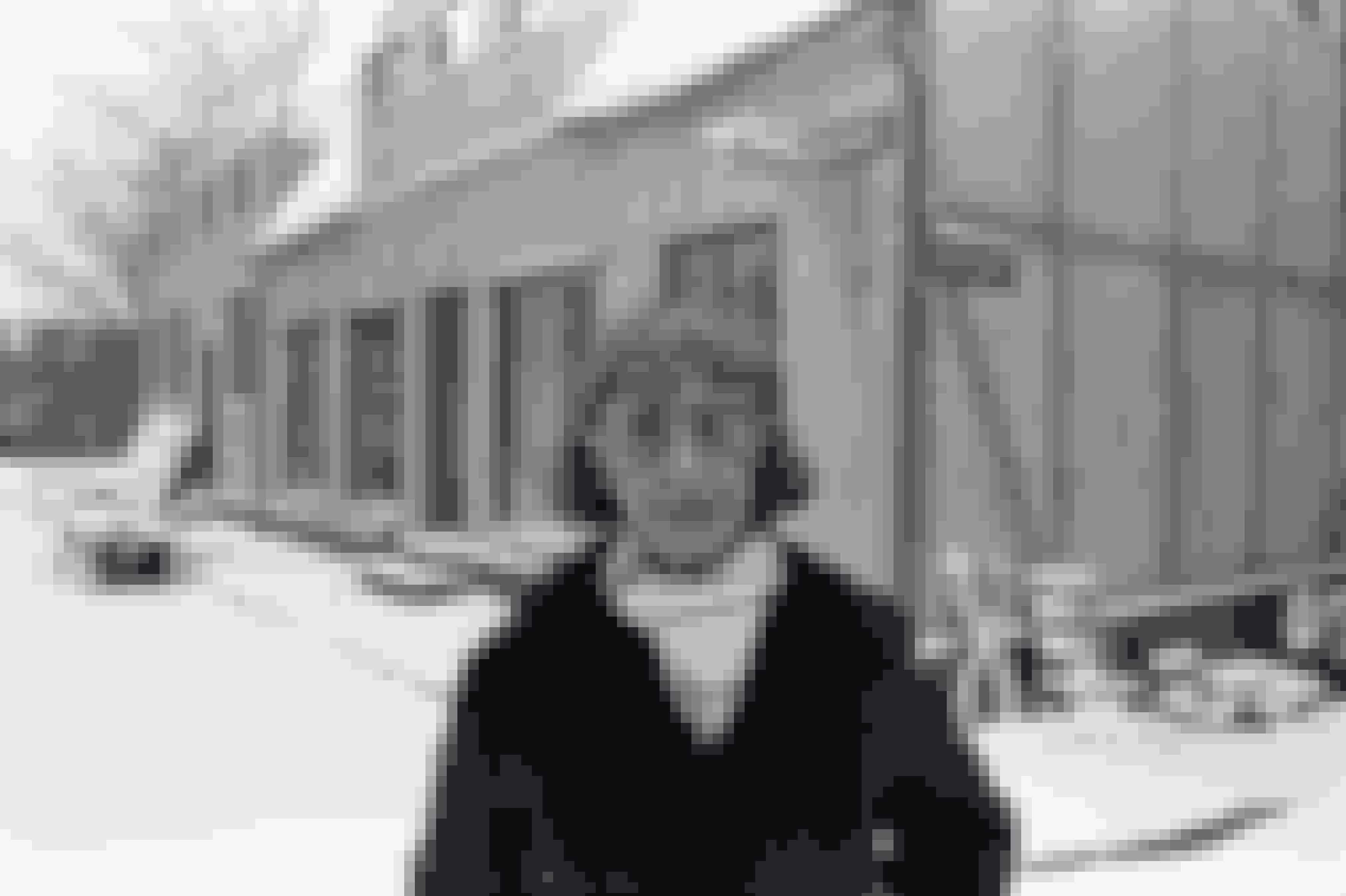 """Forfatter Lise Nørgaard i vinteren 1978 ved Nordisk Films studier i Valby hvor optagelserne til tv-serien """"Matador"""" foregår. Her på hjørnet af Algade og Korsgade i Korsbæk."""