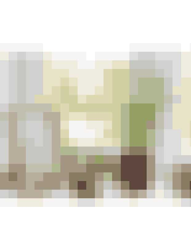 Saml små detaljer i en opstillingTænk dit badeværelse som et opholdsrum, og indret med små, hyggelige opstillinger. Blyantholder brugt som urtepotteskjuler, 249 kr., Nordstjerne. Printet med det lille, søde budskab er hjemmelavet.