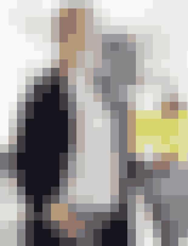 Afslappet i weekendenStribet bluse, 800 kr. Gant. Cardiganblazer, 1.900 kr. Gant. Blomstrede bukser, 1.000 kr. Gant. Briller, fås i styrker fra 0 til +3, 299 kr. Izipizi. Stjerneøreringe i sølv, 950 kr. Jane Kønig. Ringene er modellens egne.TIP: En casual jakke kan dresses op og ned, alt efter hvilken bluse man har under.