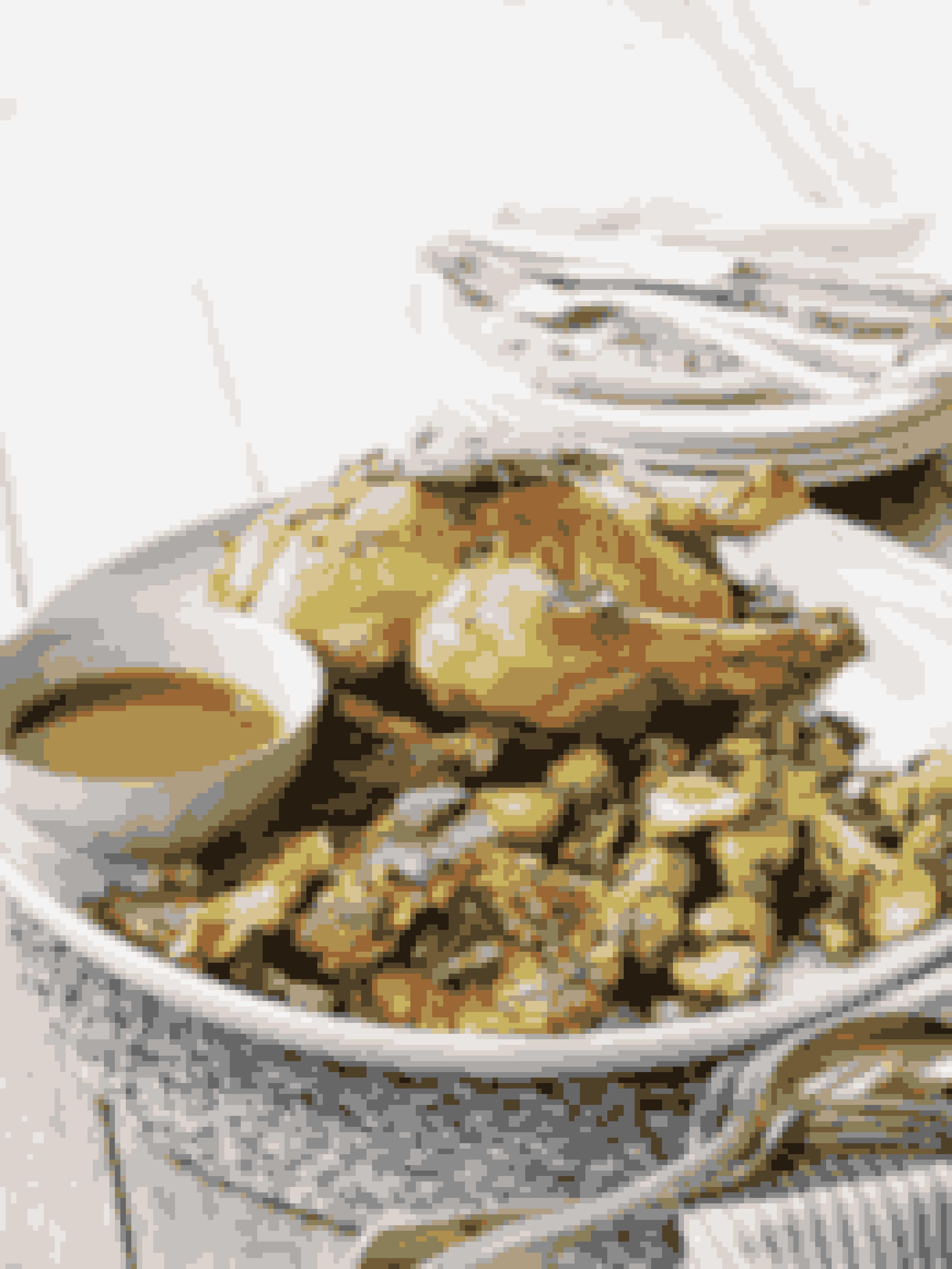 Den gode gammeldags: Grydestegt landkylling med røsti og rosenkålTil dig, som elsker gammeldags mad med lækker, mør kylling og en dejlig sovs. Rosenkål kan skiftes ud med en anden lækker salat og røstien med den slags kartoffel, du bedst kan lide. Mums! Se opskriften her.Tip!Denne ret er måske bedst til dig, som holder en lidt mindre konfirmation - kyllingen tager nemlig lidt ekstra tid at lave, fordi den skal steges hel.