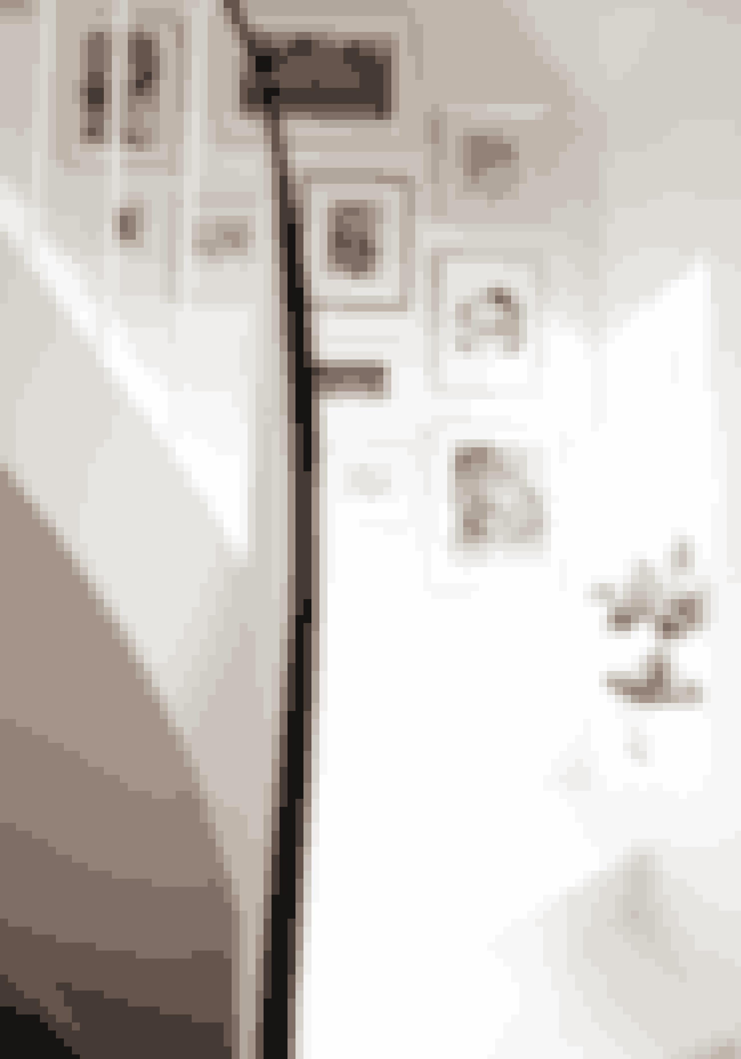Lav en billedvæg på væggen, der går op langs trappen. Så har du altid noget at kigge på, mens du går op ad trappen.