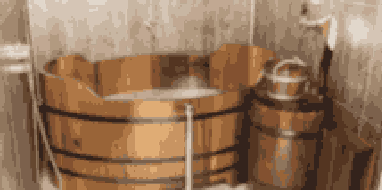 Bjórbödin Spa byder på varme og fugtgivende bade i ølgær i træbadekar - og med et praktisk fadølsanker lige ved hånden.