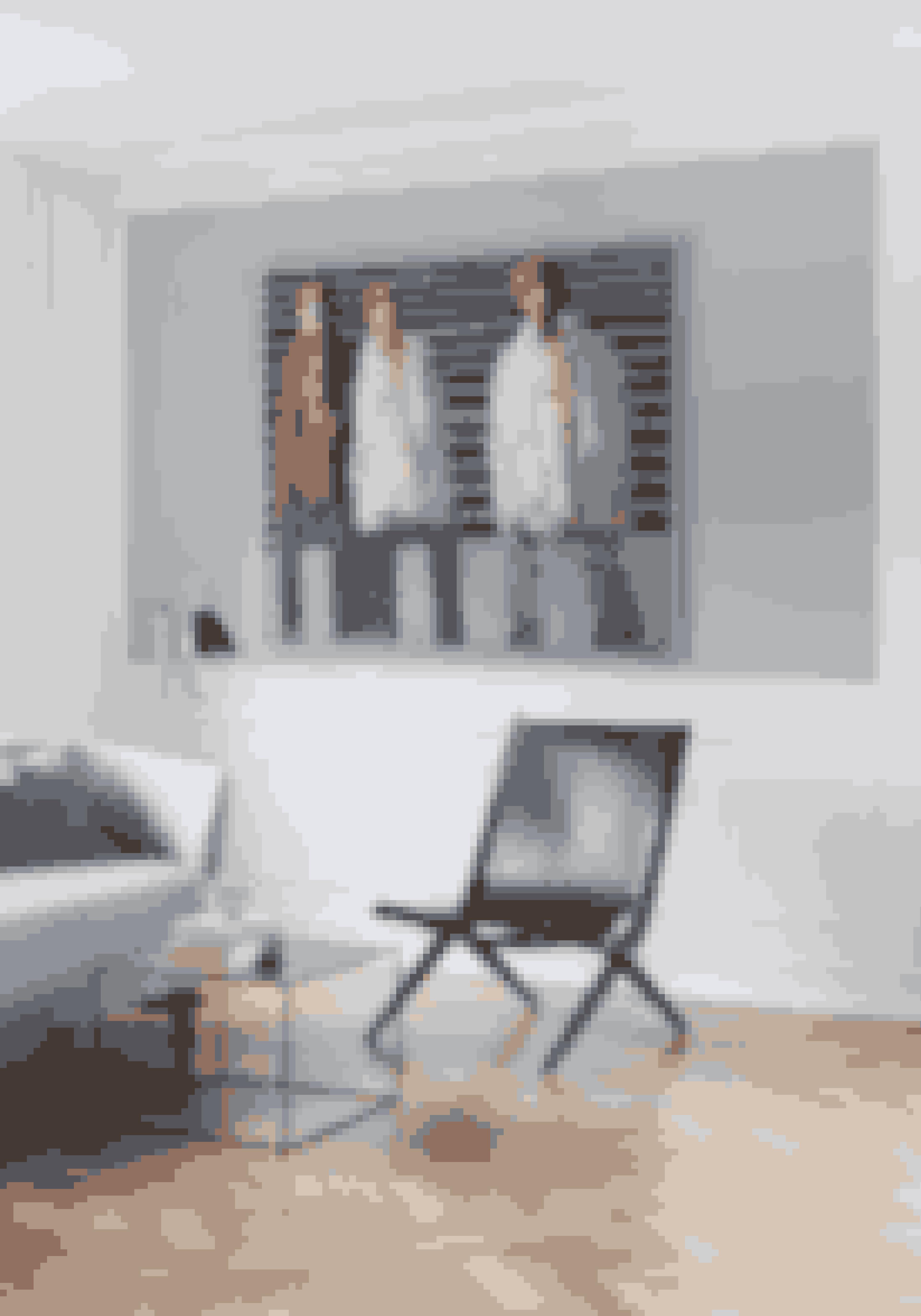Vil du give din konservative stil kant og karakter uden at gå på kompromis med de klassiske møbler, så overvej kunst, der skiller sig ud og dominerer på væggene. Maleriet er af Johnny Madsen.