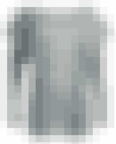 Rå detaljer, læder og maskulin inspiration kombineret med lette materialer og smukke snit gør Part Twos nye kollektioninteressant. Tynd grå strik, der er god til kontoret i kombination med et stramt pencilskirt, 699 kr.
