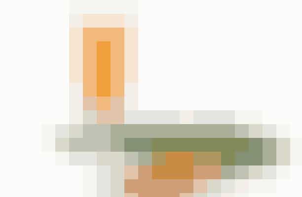 Betacaroten, som især findes i gulerødder, beskytter mod solskoldning, soleksem og for tidlig aldring af huden. Og så bevares den gyldenbrune farve længere.  Ingredienser: 5 mellemstore gulerødder 2 æbler 2 cm ingefær Is og 2 spsk. kvalitetsolie