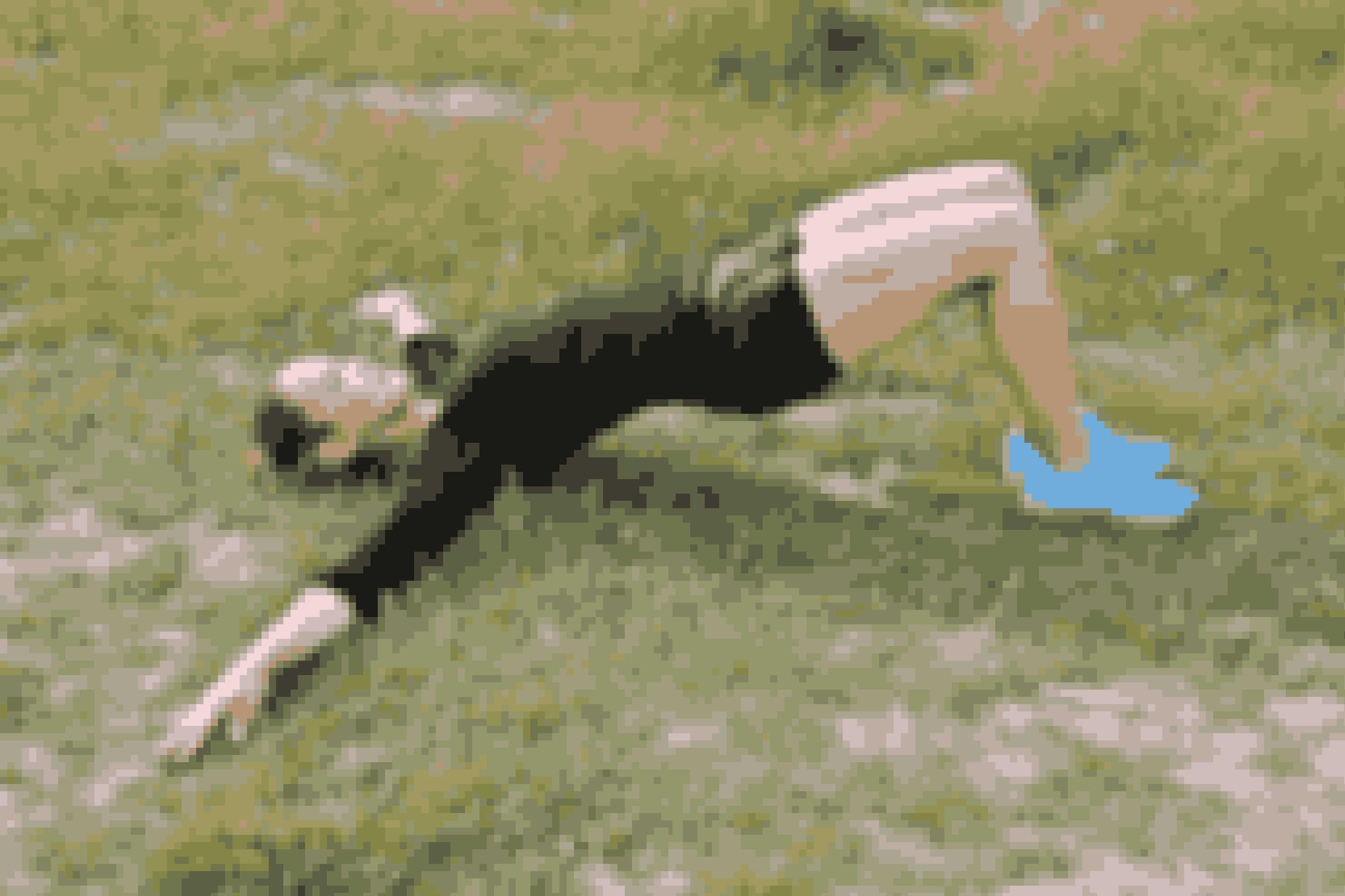 Lig på ryggen med bøjede knæ og fødderne fladt på gulvet. Hvil dine arme på gulvet med håndfladerne op i skulderhøjde.  Løft dine hofter, så din krop danner en lige linje fra dine skuldre til dine knæ.  (Fortsæt ved næste billede)