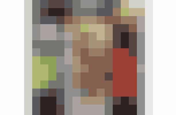 Til 4 sandwich:   8 store portobello svampe 4 stykker parmaskinke 4 stk kyllingebøffer   Salat Tomater i skiver Agurk i skiver Rødløg i skiver   Karry mango dressing fra Urtekram   Kyllingebøffer:   Opskriften er inspireret af Ullas version af verdens bedste kyllingeburger   400 g hakket kylling 1/2 rødløg 1 lille æble 2 små stængler bladselleri Saft og skal fra 1 økologisk citron 1 lille håndfuld bredbladet persille 1 spsk karry 1-2 spsk loppefrøskaller hvis farsen er meget våd Salt og peber   Kom rødløg, bladselleri, æble, citronsaft og skal og persille i en foodprocessor og hak det fint. Rør det godt sammen med kødet og tilsæt krydderierne. Hvis farsen er meget våd, så til sæt en spsk loppefrøskaller og lad farsen stå i 10 min.   Form farsen til 4 bøffer og steg dem i smør eller kokos olie på en varm pande. 5-6 min på hver side.   Imens bøfferne steger, kommes parmaskinke og portobello svampene i en 200 grader varm ovn indtil parmaskinken er sprød.   Og nu skal sandwichen sådan set bare samles og det gøres på din egen foretrukne måde.