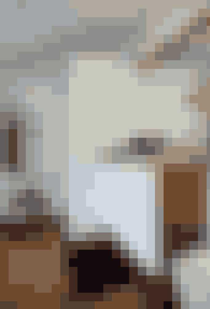 Der er klare maritime inspirationer i badeværelset. Skibsdækket i mahogni med det sorte fuger går igen på bordpladen og siderne af skabet under vasken. Både håndklæder og børster er hængt op på væggen over en antik skammel i træ, der fuldender det maritime udtryk.  Tekst og foto: Iben og Niels Ahlberg