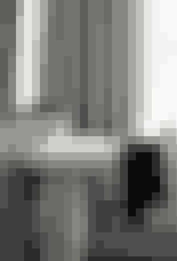 Gæstebadeværelset er indrettet i sort/hvidt med stribet tapet fra Ralph Lauren. Det lille rum får sit eget elegante udtryk med det markante tapet, og trods de sort-hvide farver er stemningen stadig feminin.  Tekst og foto: Iben og Niels Ahlberg