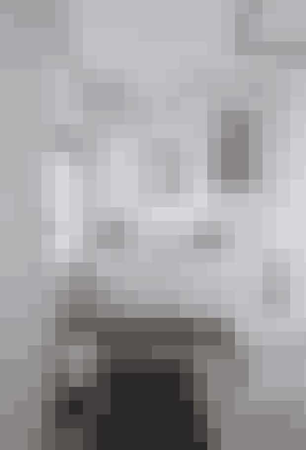 Badeværelset er enkelt indrettet, men på en måde, der skaber hygge: stearinlys, velvalgte arrangementer af nips fra Østen og et vitrineskab, der mere giver en fornemmelse af at være i stuen end på badeværelset.  Af Jens Barslund / Foto: Lars Kaslov