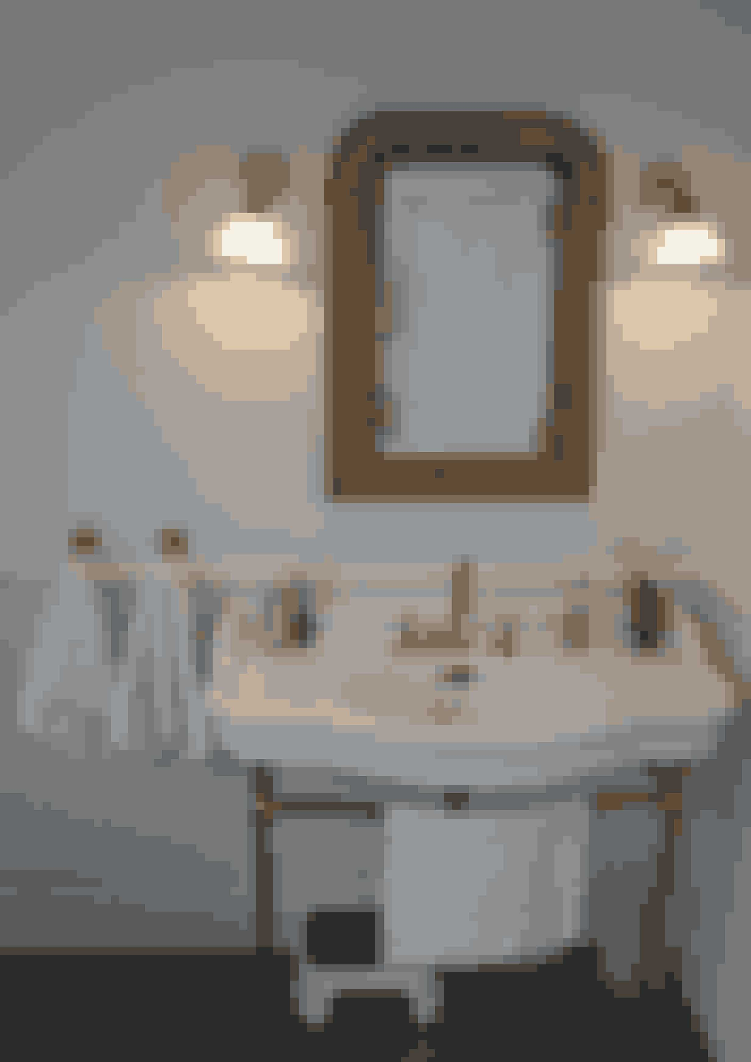 Stilen i dette badeværelse er romantisk og fransk-inspireret. Håndvasken og håndklædeholderne i antik stil er fra Volevatch.  Foto: Ole Winther