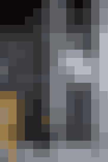 For at få mere skabsplads i køkkenet er der på den ene endevæg monteret tre højskabe med en dybde på 30 cm. I skabene bliver al kolonial opbevaret. Skabsfronterne er malet med tavlelak og bliver brugt til at skrive små beskeder og til at tegne på. Stol, Tolix, 1.098 kr. (Grønlykke).  Se flere billeder fra boligen her Af Hanne Vind / Foto: René Friis