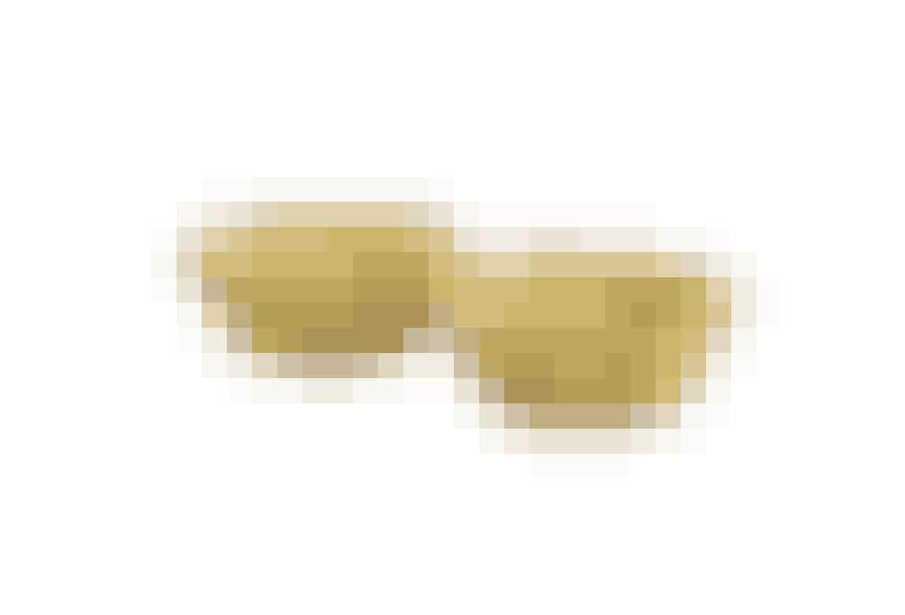 Glem alt om muffinsforme i papir, hvor kagen hænger fast, og papiret går i stykker, når man prøven at spise kagen. Og glem alt om muffinsforme i silikone, som nok er praktiske, men ikke særlig flotte. Disse keramiske muffinsforme med bølgekant er rigtig flotte at servere dine kager i. Du kan også bruge dem til portionsservering af is eller andre fine desserter. (psst… de findes også i lyserød) 129 kr. for 6 stk. shop.madogbolig.dk