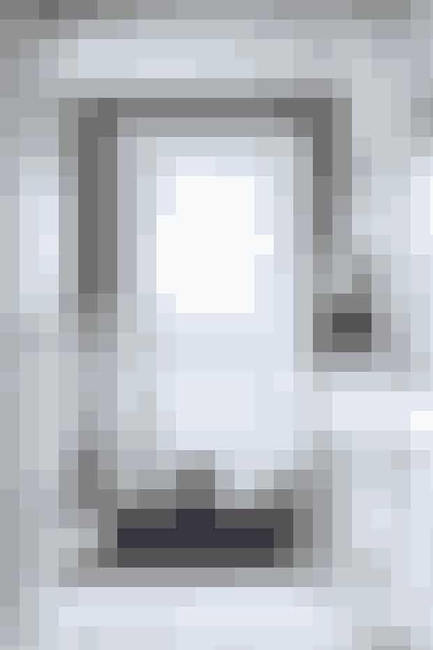 Mange døre og meget lidt plads kræver omtanke, når entreen skal indrettes. Her er rummet holdt hvidt i hvidt. Gulve, vægge, lofter, møbler, lamper mm. er alt sammen malet hvidt for at skabe ro og enkelhed, mens væggen omkring hoveddøren er tapetseret med blomstret tapet, der giver rummet karakter og kant på den hyggelige måde.
