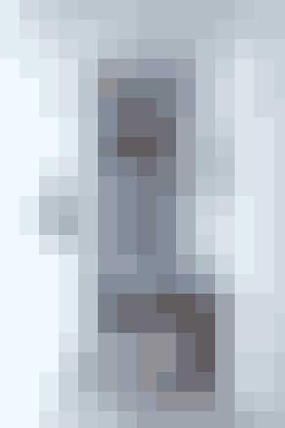 Hvorfor ikke udstille alle sine yndlingsbilleder og fotos i entreen til glæde for dig og dine gæster? Entreen er malet kridhvid, mens rustikke trægulve og -møbler står som flot kontrast. På bagvæggen hænger en collage af beboernes yndlingsbilleder, og på de øvrige vægge et særligt udvalg, der tilsammen byder velkommen på en meget personlig måde.