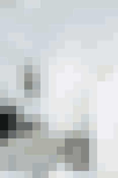 Entreen her er lille, og alligevel huser den interiør til en hel hall. En smal kommode, en lav reol med plads til sko og opbevaringskasser, en skammel, en del pynt og farverige knager. De primære farver er sort og hvid, og det skaber ro i det fyldte rum. Hvidmalede gulve og det mønstrede gulvtæppe slår en afslappet stemning an, ligesom den farverige knagerække er et sjovt og skævt indslag i rummet.