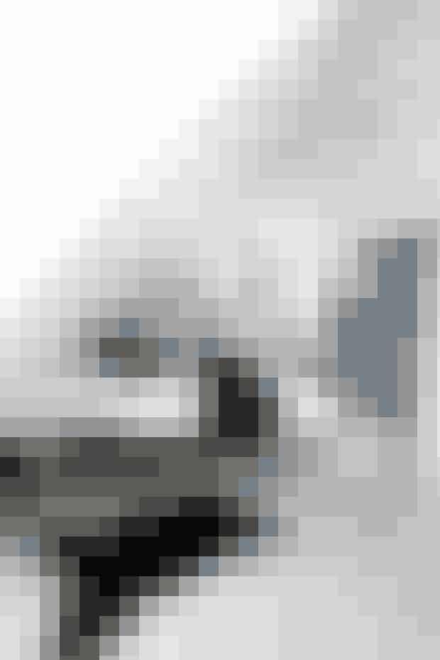 Designer Malene Sjøborg bor med sin mand Lars Sjøborg og datter i et hus fra 1875 med diverse tilbygninger, der har resulteret i en bolig med stramme linjer i enkelte, gennemførte materialer i et meget moderne udtryk. Soveværelse med seng monteret på hjul og indbyggede skabe i skunk.  Foto: Lene Karin Kristiansen