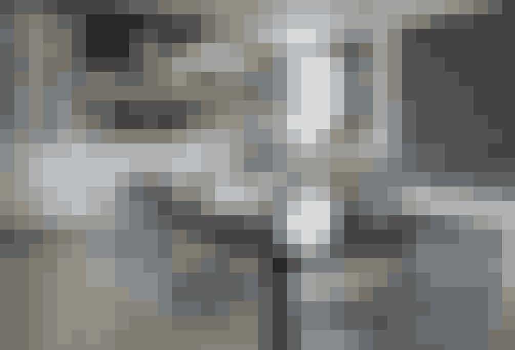 Lamperne over spisebordet er valgt, fordi de er utroligt fleksible. Eksempelvis kan lamperne svinges hen over køkkenbordet, hvis man har brug for mere lys det. Eller rykker man rundt på spisebordet, følger lamperne med uden bøvl.  Af Jens Barslund / Foto: Jens Barslund og Lars Kaslov