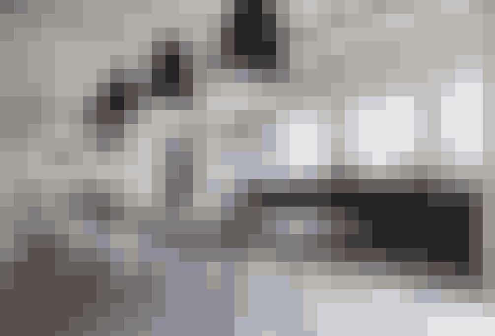 De tre store lampeskærme over spisebordet giver tyngde i rummet, der ellers er præget en gennemsigtighed, der bl.a. er skabt ved at have et let spisebord med smalle ben.  Tekst og foto: Iben og Niels Ahlberg