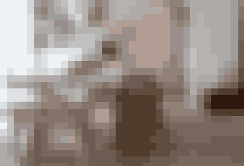 Det var ikke lige det spisebord, de var på udkig efter. Men da husets beboere fandt dette unikke spisebord lavet af gamle bygningsplanker fra Mongoliet, var de solgt. Bordet er omgivet af en lige så rå bænk, komplimenteret af de to fletstole, der giver lidt mere blødhed til spisestuen.  Tekst og Foto: Iben og Niels Ahlberg