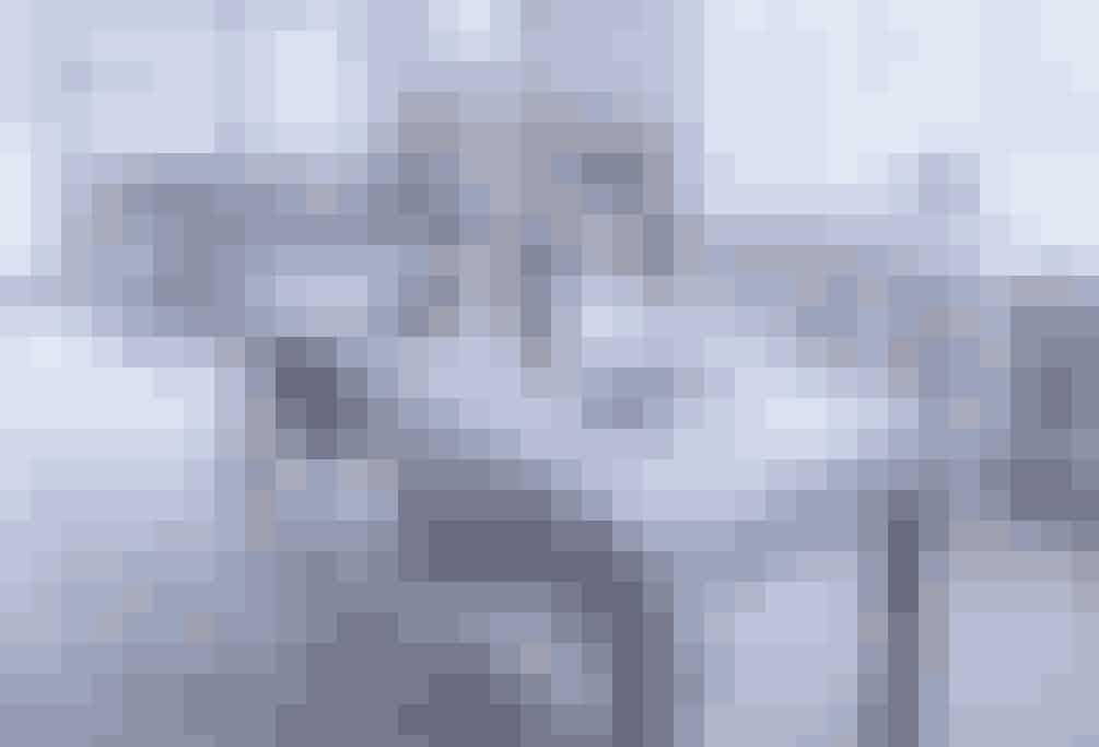 Den lyse og blide spisestue er blevet endnu lysere,da træbordet harfået i hvid dug på. Men selvomder er kommet dug på bordet,er stemningen alligevel afslappet.Dugen er ustrøget, og man får en følelse af, at her er det ok at spilde.  Af Eva-Marie Wilken / Foto: Martin Sølyst, Erik Bjørn & Ko