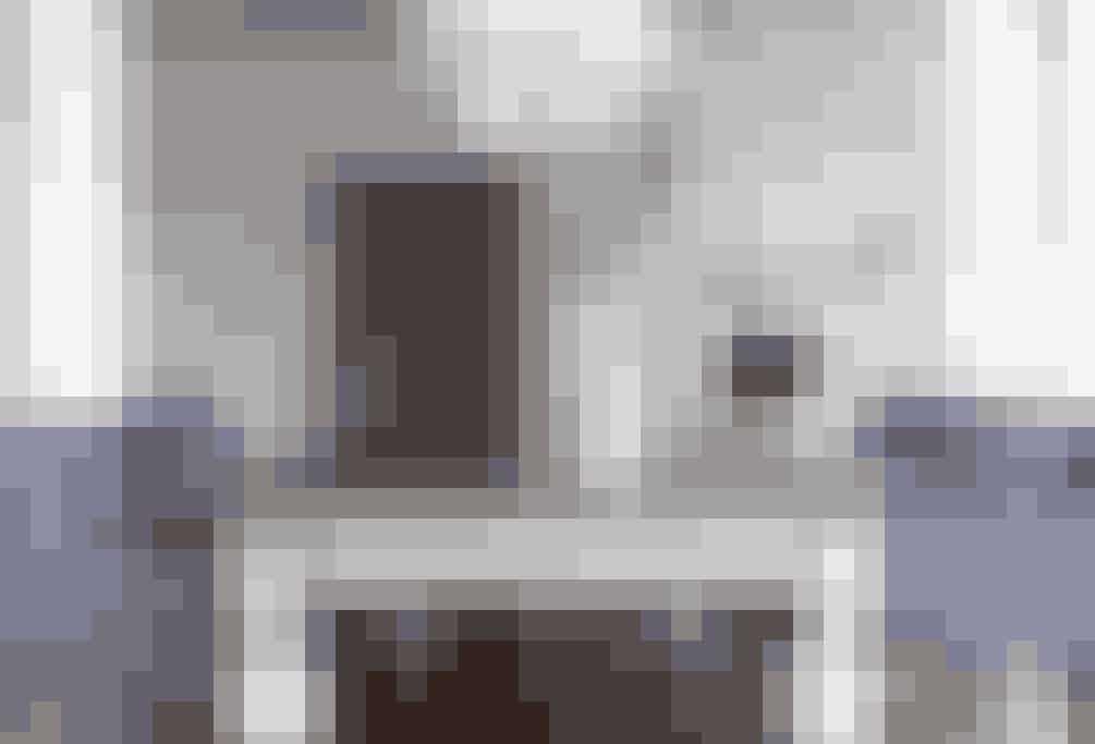 Spisestuen er domineret af det flotte, gamle langbord, der er blevet malet i flere farver, som understreger bordets former.Det nærmest pompøse spisebord og de bløde stole giver en vis følelse af luksus i spisestuen.  Tekst og Foto: Iben og Niels Ahlberg
