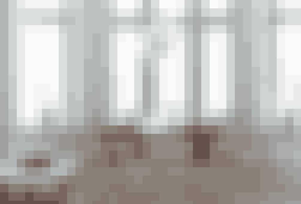 I den store stue, der både er opholdsstue og spisestue, er spisebordet placeret ved det store vindue, så spisepladsen er blevet dejligt lys.  Tekst og foto: Niels og Iben Ahlberg