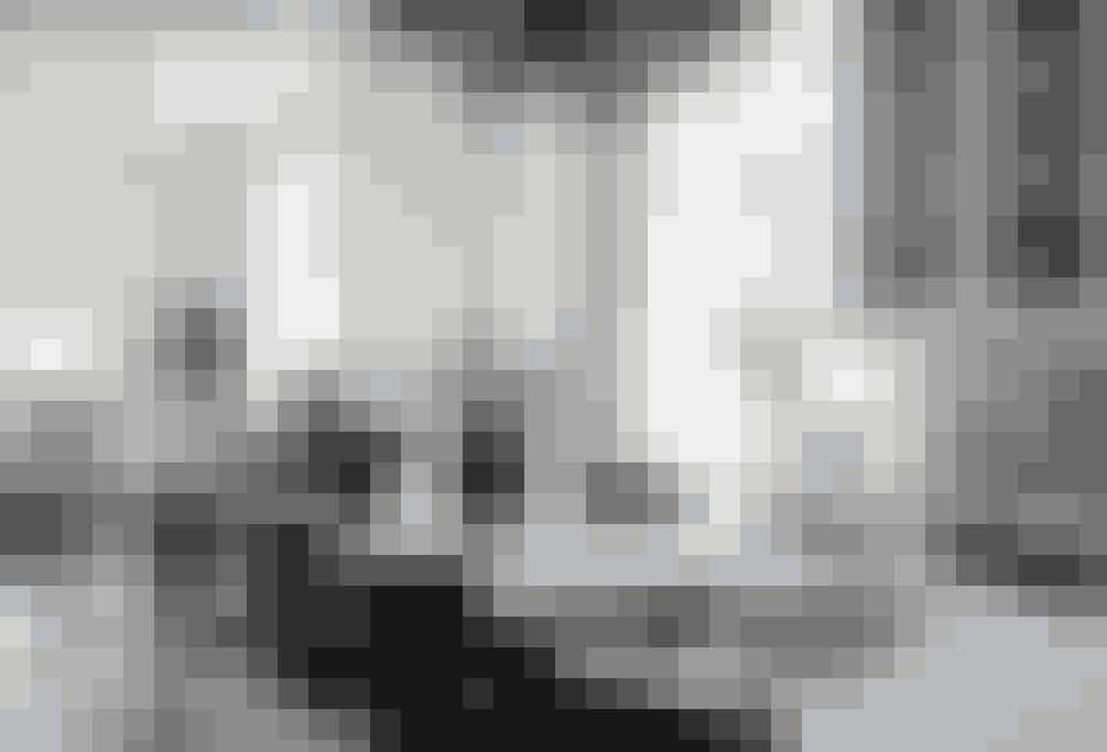 I spisestuen er farverne mere dæmpede end i husets øvrige rum. De sort-hvide kontraster gør rummet elegant, mens de enkelte kontraster imellem elemenerne giver rummet en uhøjtidelig tone.  Tekst og foto: Iben og Niels Ahlberg