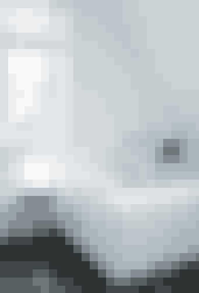 Med et lyst badeværelse har du flere muligheder for at sætte dig personlige præg på det. Sæt fx en enkelt, men farverig taburet ud på dit badeværelse. Det er nemt at tilsætte flere ting i samme farve, eller skifte farven ud. Fotograf: Pernille Guldbæk Kaalulnd (Heyhome)