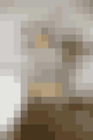 Når du tænker indretning i forhold til dit badeværelse, tænker du måske ikke påfinurlige nips og fine billeder - men hvorfor ikke? Skab nogle afslappende omgivelser med varme farver, levende lys og hyggelige billeder - så slapper du helt af, når du tager et skønt skumbad. Fotograf: Isak Hoffmeyer