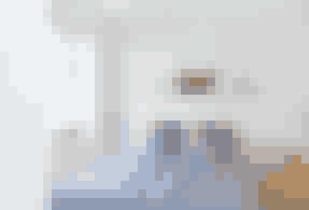 I soveværelset tegner en lys og minimalistisk indretning stilen – og så selvfølgelig kunst. I tre tynde rammer hængt op symmetrisk på linje over sengen. Billederne er en tuschtegning af Henry Heerup, et fotografi af Eve Sussman, samt en kollage lavet af Morten Vilhelms far, Peter Vilhelm Nielsen. Sengetøjet er fra Magasin.