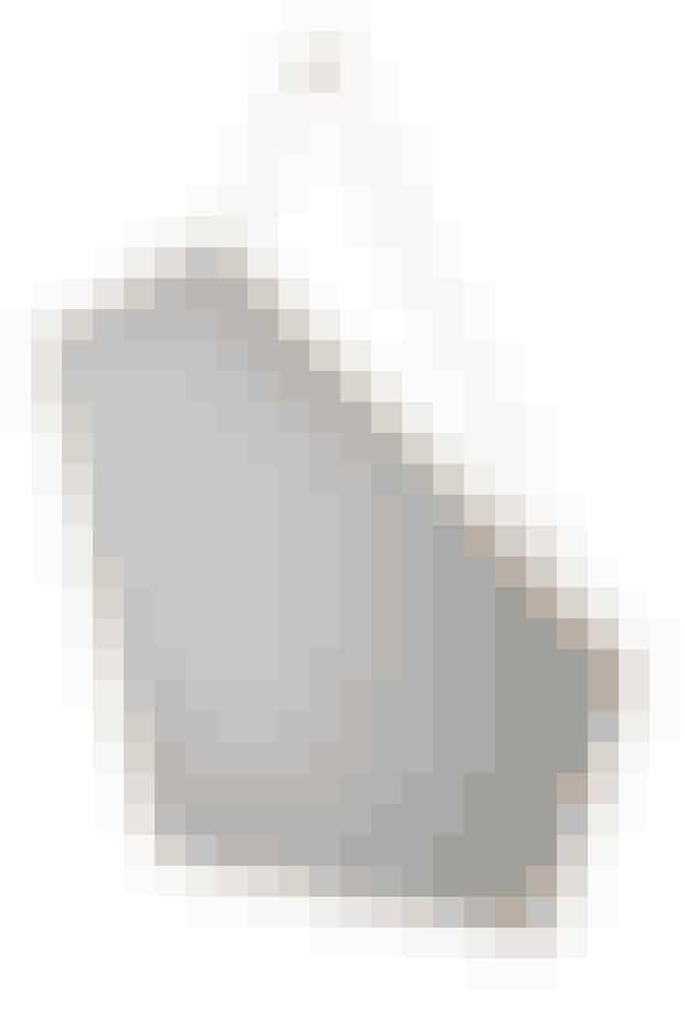 Ego hedder spejlet fra Design By Us, der er lavet af massiv eg med strop i læder og guldforkromet ophæng. Nøgternt og elegant på samme tid, 1.990 kr.Kan købes her!(Reklamelink)