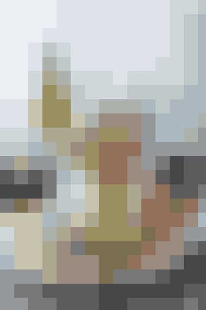 MENU  Tapasbord  - Bagt knoldselleri, sukkersaltet torsk og rødbedetopping  - Bruschetta med rejer, agurk, ærter og sumac-dressing  - Sprængt andebryst, selleripuré og bagte majroer  - Dip af gule ærter med breadsticks Bagte hvide asparges med rygeostcreme   - Dessert: Medaljer med rabarbercrem  Klik videre og se alle opskrifterne