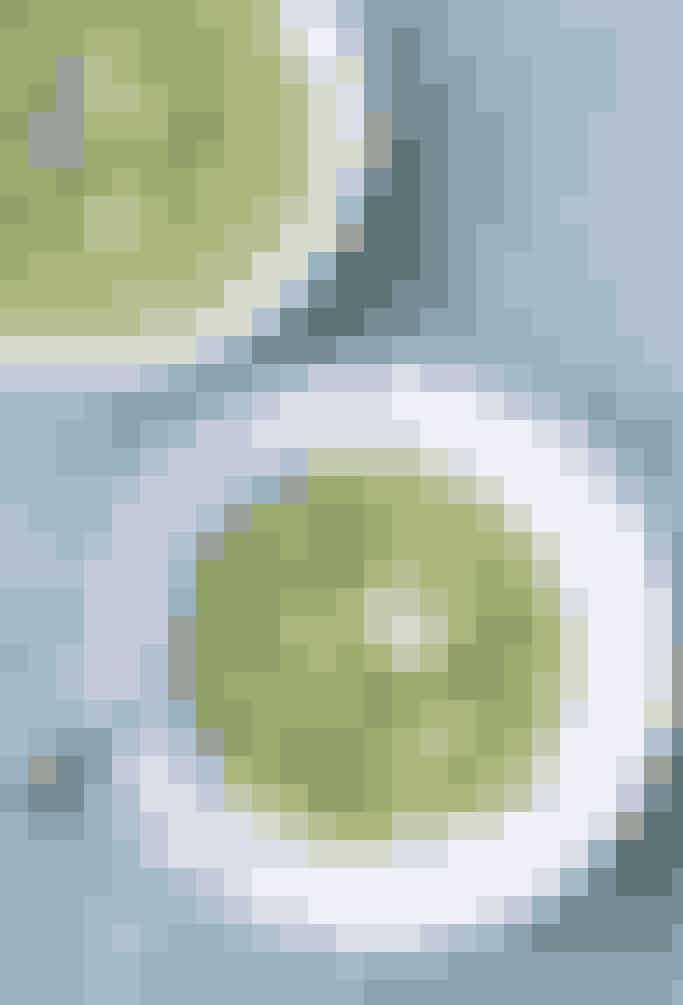 Kold ærtesuppe med markante smagsgivere: basilikum, radise og rygeost. Pep evt. suppen endnu mere op med lidt fjordrejer eller andre favoritter. Se, hvordan du laver den her
