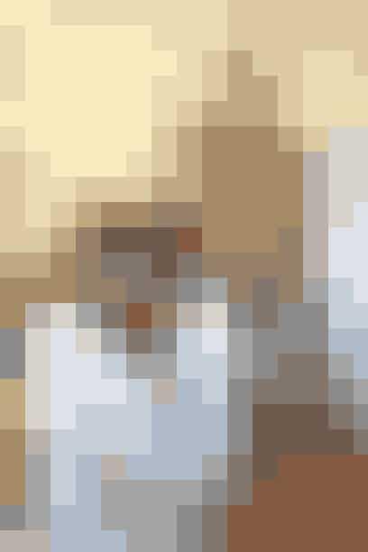 Amagerbrogade 201 København S  Smukt Brugt er en skøn blanding af udvalgte retroperler og moderne boliginteriør.   Turen går ofte til Berlin og Sverige, hvor der findes skønne og sjove ting til butikken.   Udover fint retro-interiør som keramik, farvede glasbeholdere, sjove figurer, lamper, lysestager og tekstiler, så har Smukt brugt et fint udvalg af nyere guf som plakater, puder og smykker fra mindre designere. Se mere på Smukt Brugts facebook.