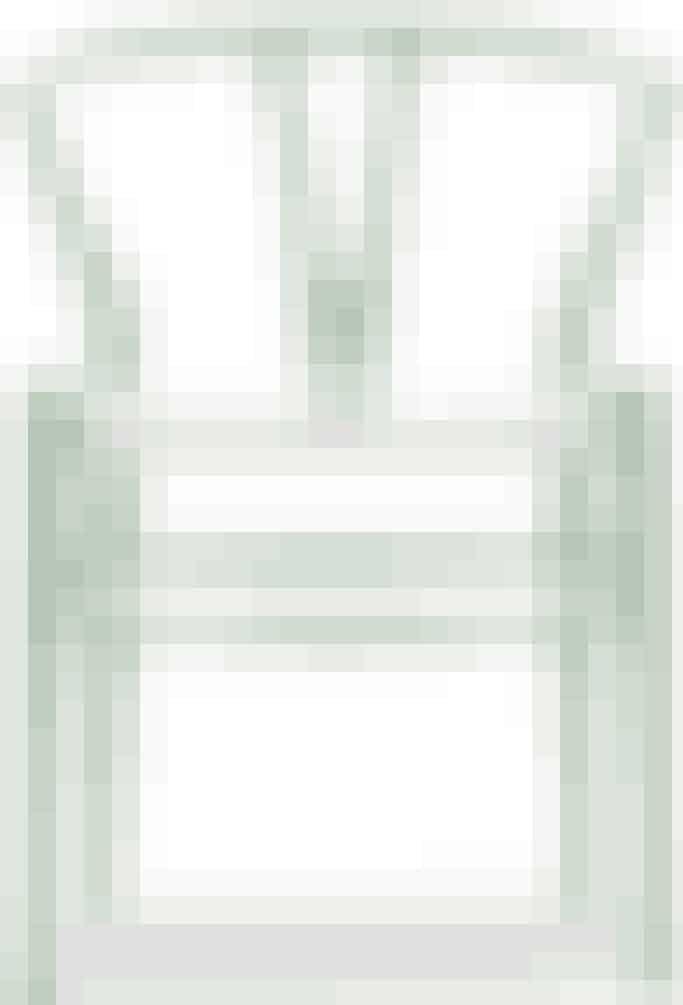 Y-stolen med hvidt fletsæde og farvet stel. Designet af Hans J. Wegner. Set hosCarl hansen og Søn til 4.756 kr.