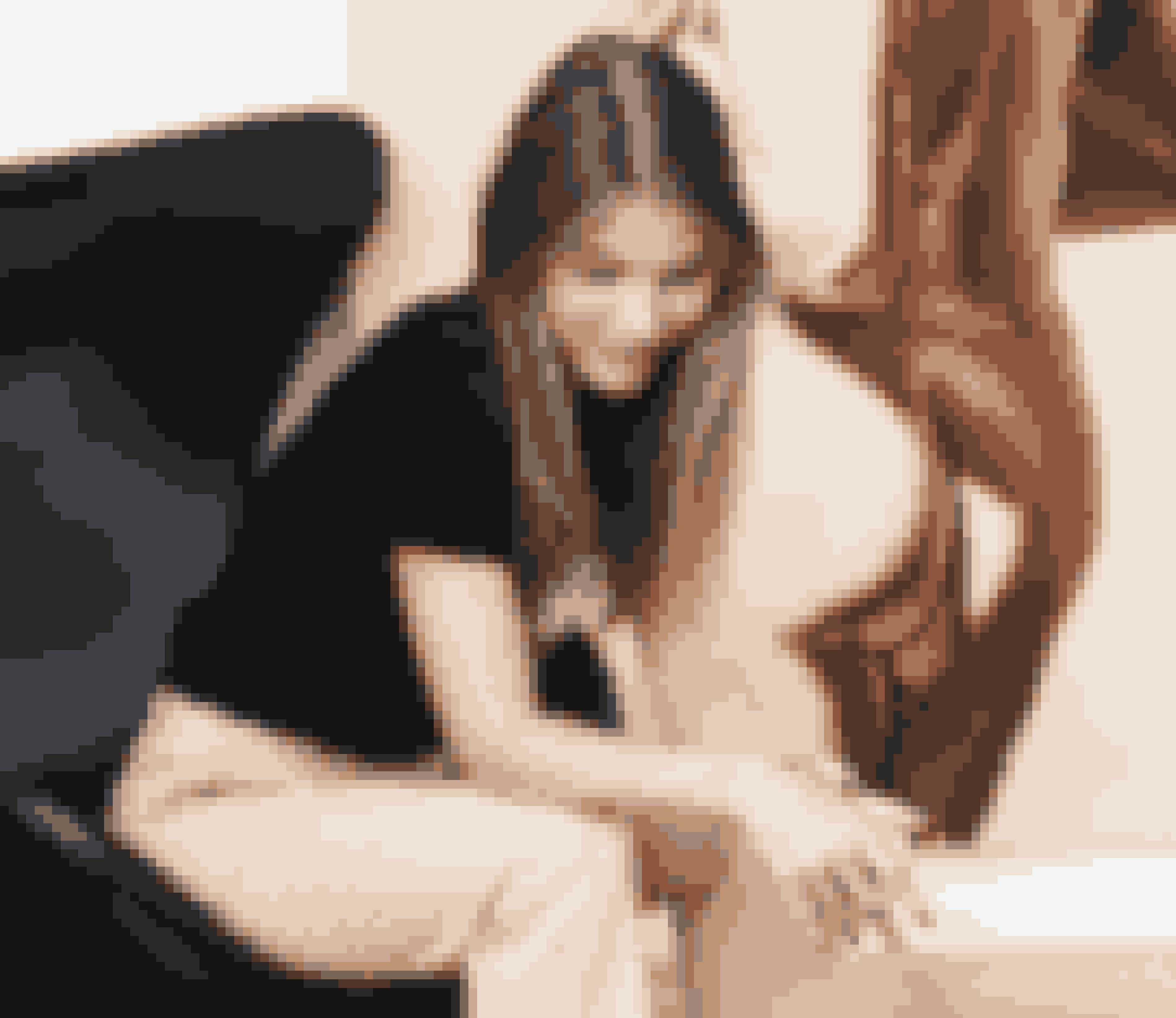 Hverdagsuniformen består ofte af T-shirt, et par pæne bukser og en blazer.