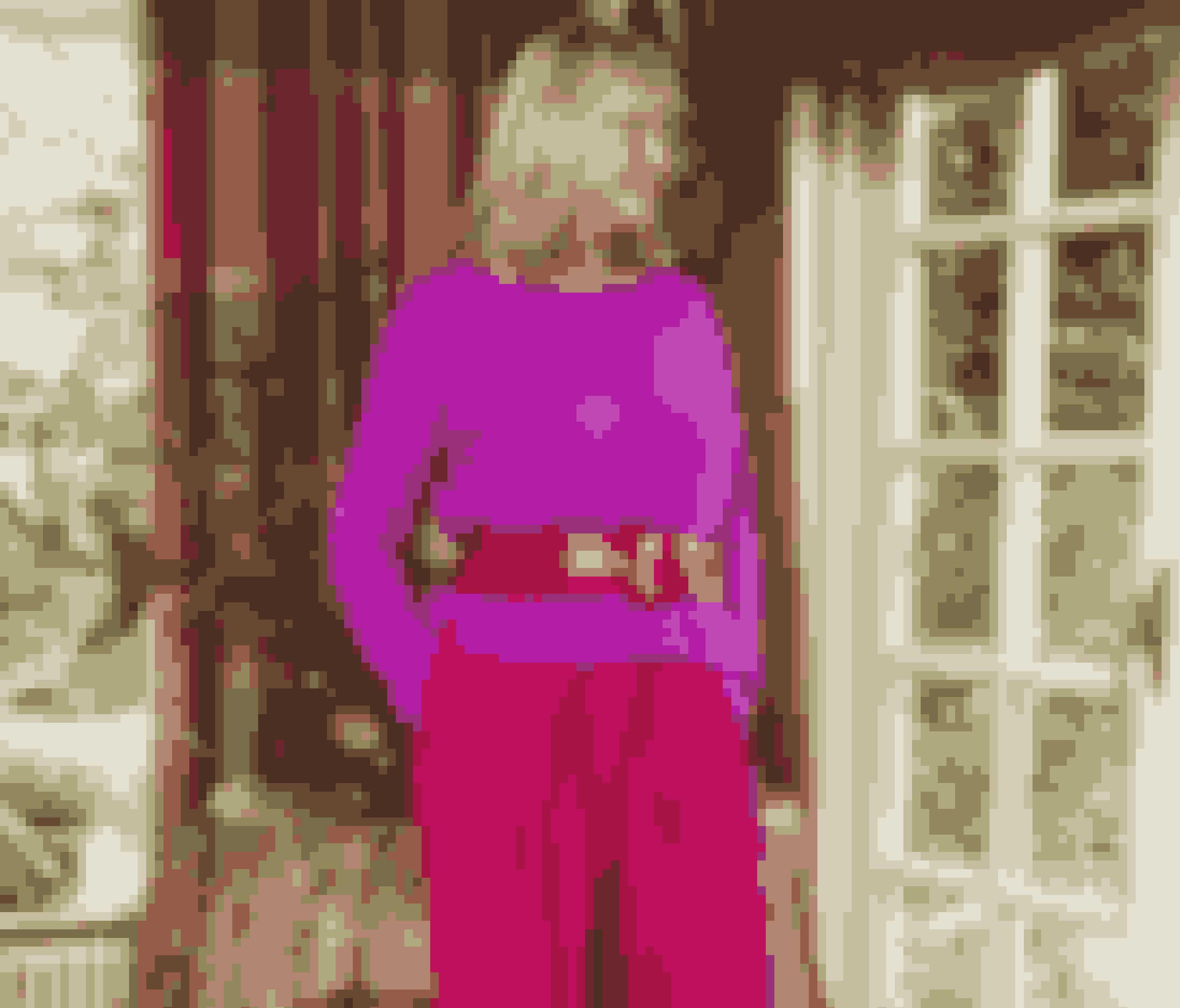 – Jeg elsker farverige sammensætninger. Pink med orange eller rødt. Marine med irgrønt. Gult eller guld med sort. Turkis med lilla, rosa eller lavendel, siger Lotte Freddie, der får mange komplimenter for de pink bukser fra 2nd Day.