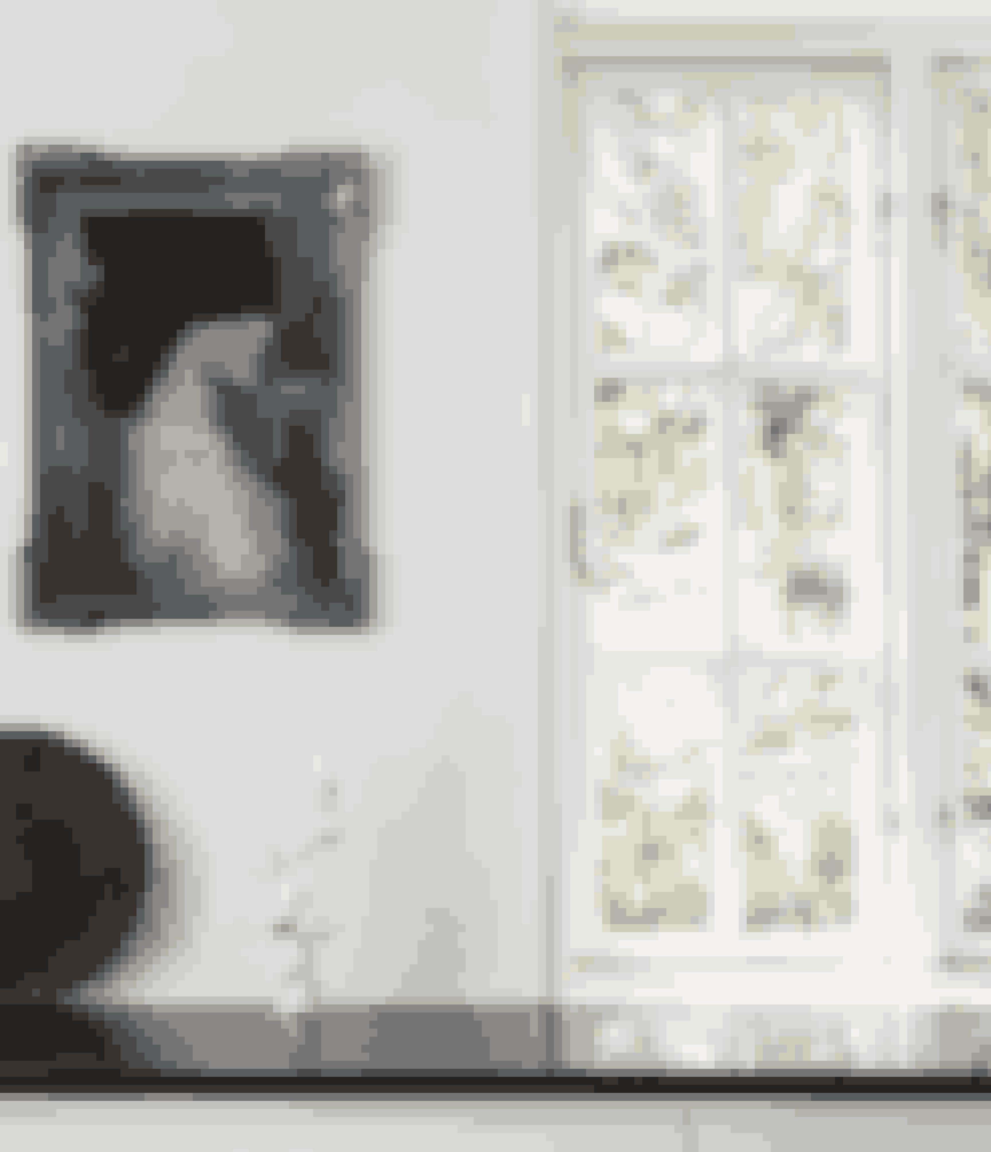 Kunst i køkkenet er med til at gøre et ofte uinteressant rum personligt. Maleriet er købt på en messe i Berlin, og lysestagen af hvid porcelæn er fra Artecnica.