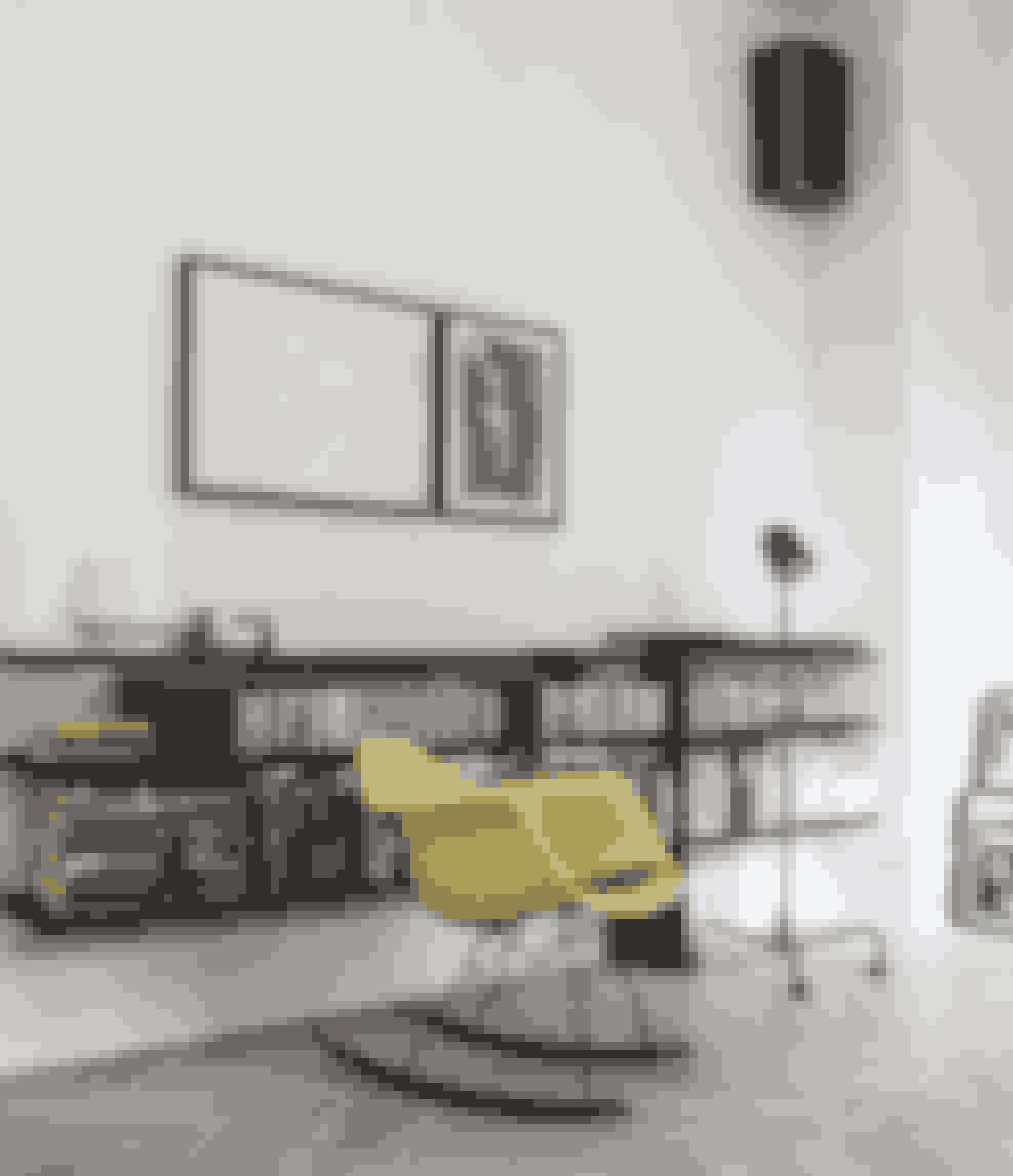 Byg selv en lidt anderledes reol ved at hænge mørkbejdsede brædder på væggen. Til højre på væggen en kultegning fra Cuba, til venstre Silles egen arkitektskoletegning fra Spanien. Gyngestolen er fra Eames, og musikanlægget og højttalerne er gamle B&O.