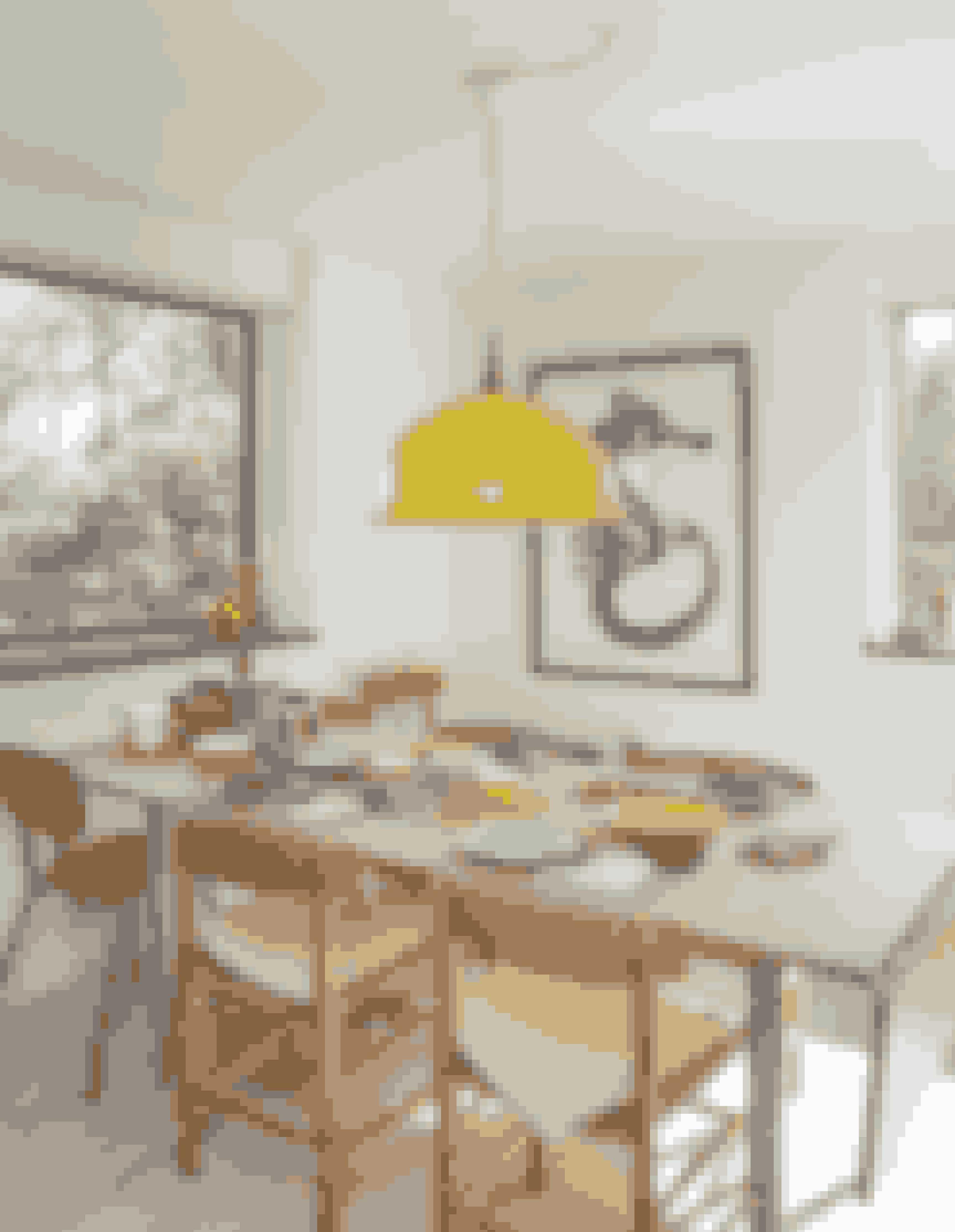 En søhestetegning lavet af Maria Dubin fanger blikket og er flot på væggen. Service på bordet er både købt og arvet. Æggebægre og smørbrætter er original plast fra Rosti, og de engelske skåle er arvestykker. Aluminias Confetti-stel skaber liv sammen med Sonja-serierne og det gule Aluminia-fad, som er et arvestykke.