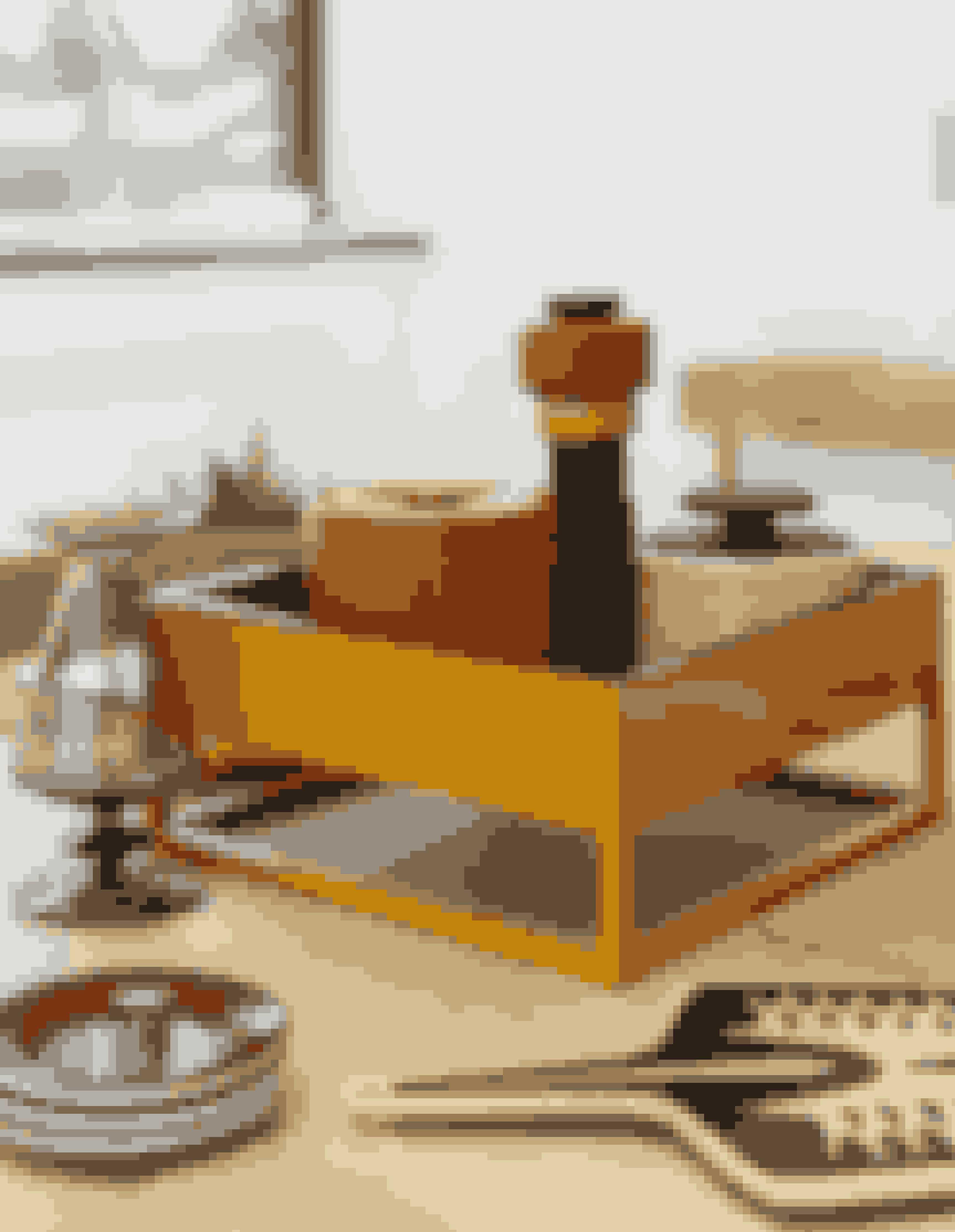 Den dekorative orange bakke er unika og købt på Mols og er underlag for lågkrukken i originaldesign fra 60'erne og en peberbøsse i retrodesign fra Muuto. De grønne glas er et arvestykke.